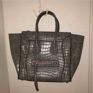 Supersnygg grå Céline inspirerad väska från chiquelle som kan bäras på två vis. Oanvänd och i superskick. Köpt för 499 kr