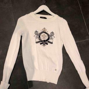 Säljer min tröja från Morris som är köpt för ca 1400. Passar XS-liten M. Frakt ingår inte men kan mötas i Göteborg🥰