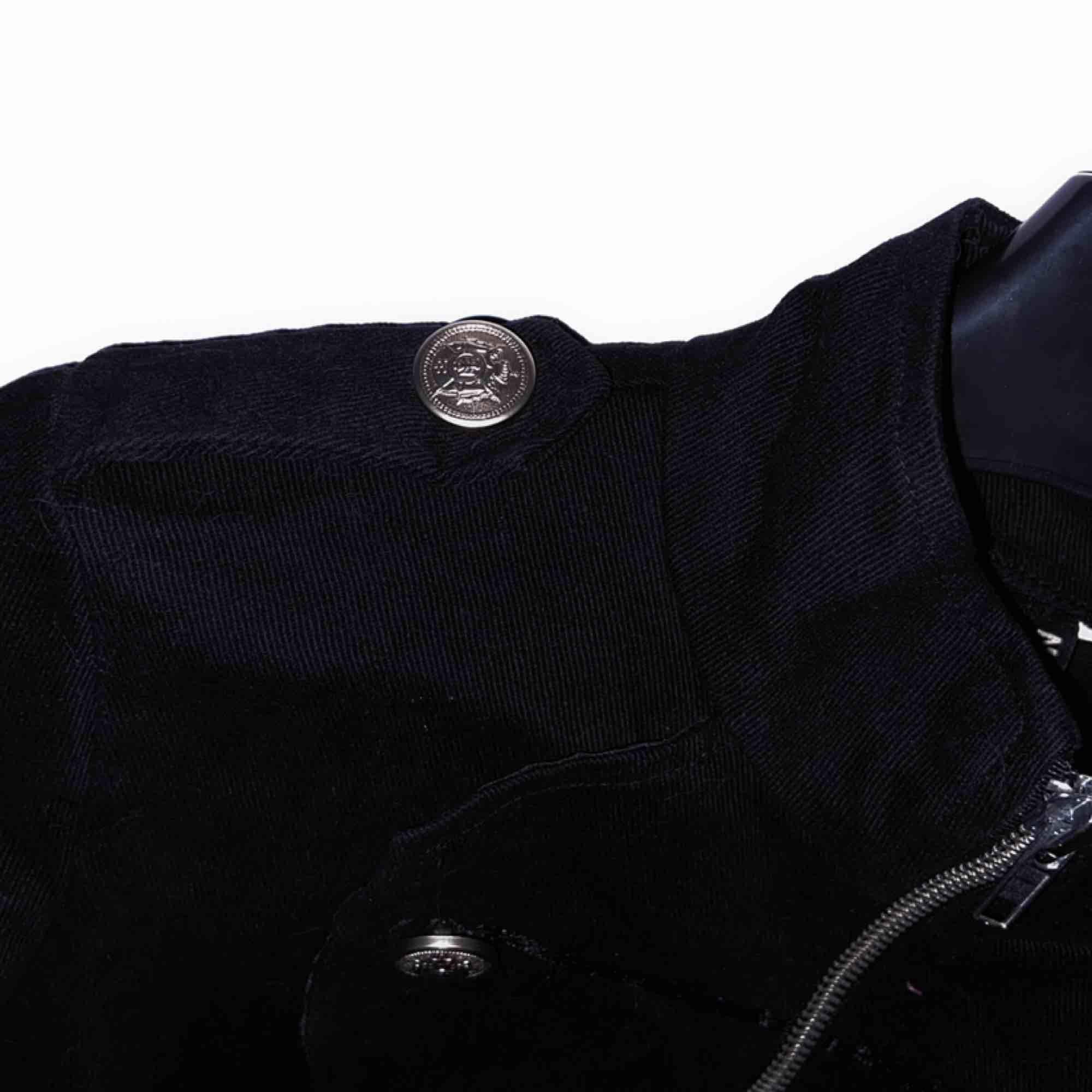 Världens snyggaste svarta skepparkavaj från Necessary Evil i storlek XS!! 🦇 Guldknappar längst framsidan samt bägge axlarna. I princip aldrig använd🕴🏻Nypris 39£ (ca 400kr). Jag står för frakten! . Kostymer.