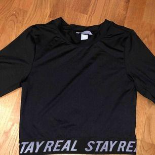 Tränings tröja i riktigt bra material, finns även matchande byxor till den i storlek S också :) skriv om ni är intresserade