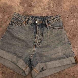 Aldrig använda jeansshorts från Monki. Strl 24 (xs) För små för mig. Nypris: 300 kr Mitt pris: 120 kr + frakt
