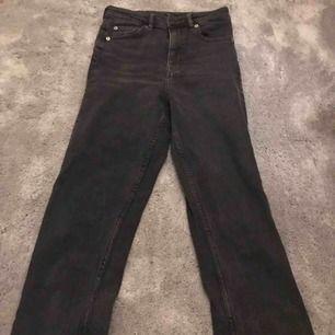 Jättesnygga mom jeans från hm, sitter jättesnyggt på! Svarta jeans från hm. Strl 36. Nypris: 299 kr Mitt pris: 80 kr ink frakt Använt 3 gånger!
