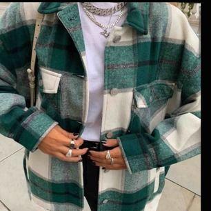 Funderar på att sälja min jacka från Zara. Kom med bud! 💚