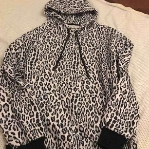 Jättesnygg och trendig hoodie från nakd! Strl: xs ALDRIG använt! Nypris: 299 kr Mitt pris: 150 kr +frakt!