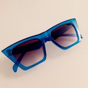Grymmaste retrobrillorna ever! Med blåtransparenta stora kantiga bågar! 90's känsla. Frakt: 9:-