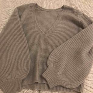 Snygg stickad tröja från nakd, kollektion av Linn Ahlborg.  ALDRIG använd!  Strl xs, passar även S V-ringning på ryggen Nypris: 399 kr Mitt pris: 200 kr +!frakt!