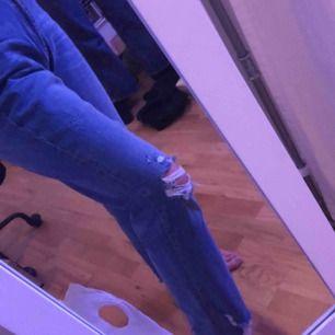 Snygga jeans från hm. Tyvärr är de alldeles för stora för mig men passar säkert skitbra i någon större storlek. Kan mötas upp i örebro, kan frakta men då står köparn för frakten. ;)