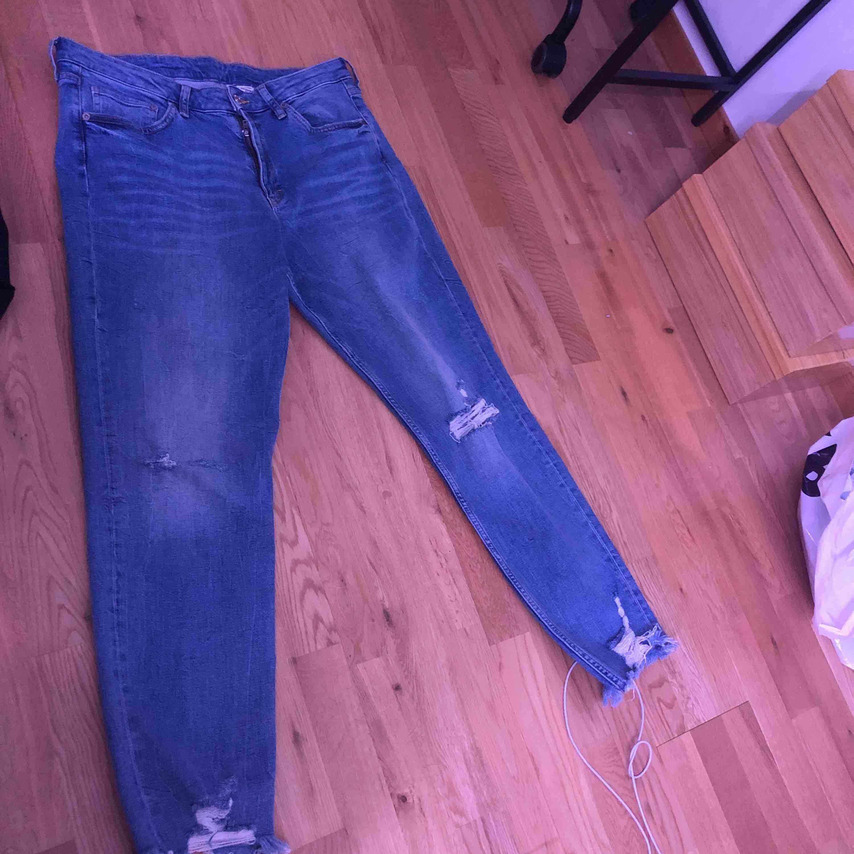 Snygga jeans från hm. Tyvärr är de alldeles för stora för mig men passar säker skitbra på någon i en större storlek. Kan mötas upp i örebro, kan frakta men då står köparn för frakten. ;). Jeans & Byxor.