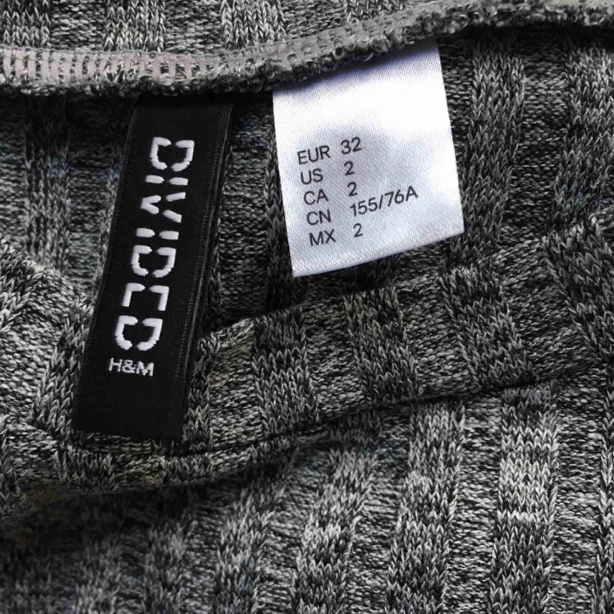 Festklänning från H&M, använd max 3ggr. Frakt ingår😇. Klänningar.