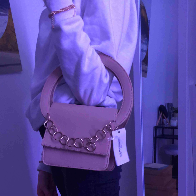 Svincool väska från Nelly som är helt oanvänd. Mötes upp i örebro, kan frakta men då står köparen för det. . Väskor.
