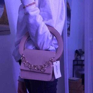 Svincool väska från Nelly som är helt oanvänd. Mötes upp i örebro, kan frakta men då står köparen för det.