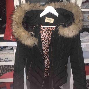 Säljer denna as härliga jacka köp på hollies, men märket är roco Baroco Stockholm! Jackan är i superfint skick! Nypris! Runt 2000 tror jag! Skriv gärna vid frågor osv😊