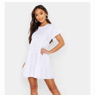Jätte söt vit klänning från boohoo som jag tyvärr beställde i fel storlek :/ Väldigt coolt med t.ex vita sneakers till!