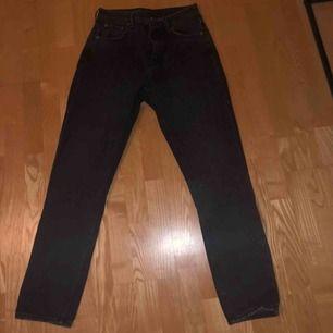 Säljer mina fina mom jeans från Weekday i storlek 28/30👖 Jag är 175 cm lång och i längden är de perfekta för mig. Använda endast 1 gång så är därför i mycket fint skick.  Fraktar gärna men köparen står för frakten!