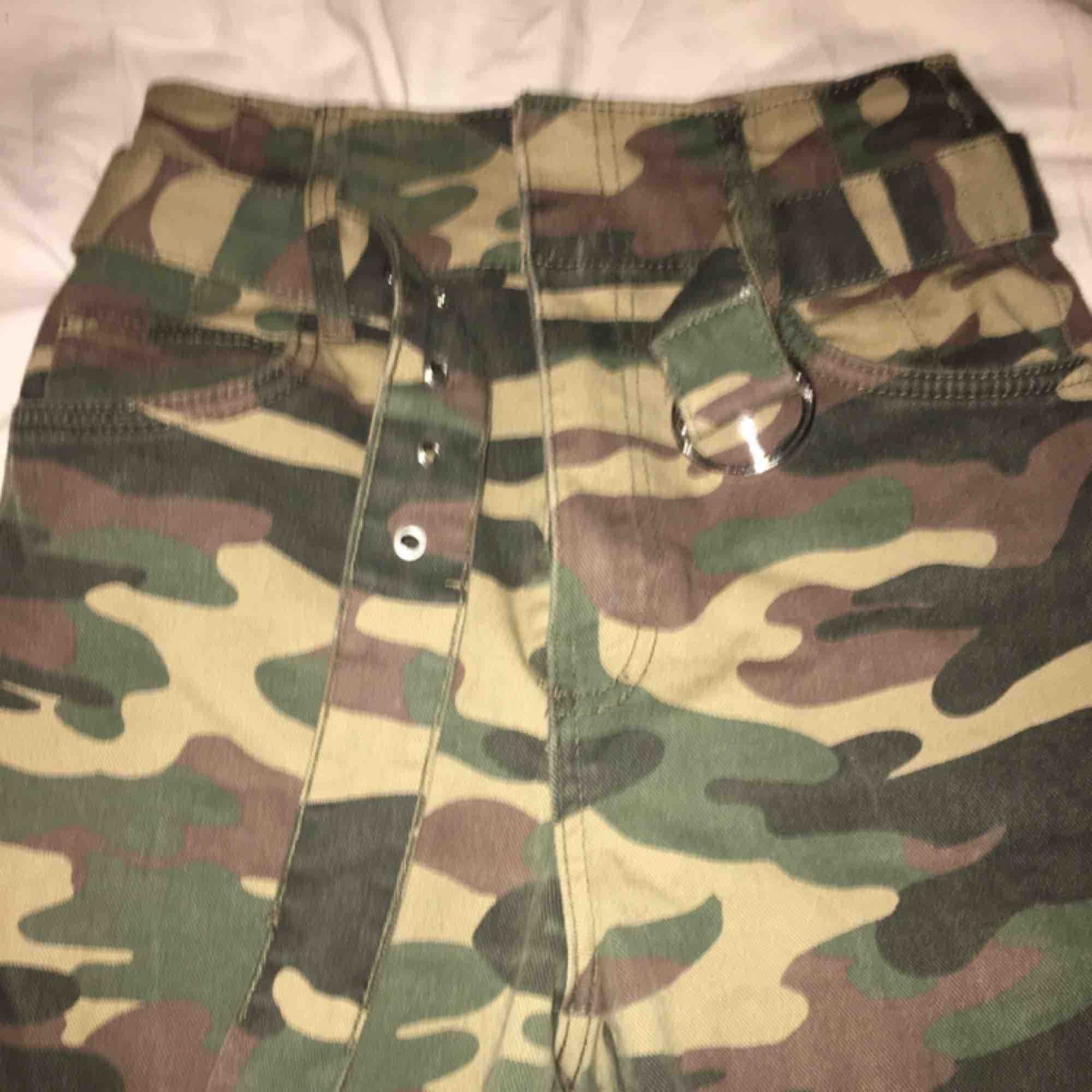 """Coola Camouflage """"jeans"""" me snyggt bälte från bershka. Säljer pga. För korta. Skriv om du har frågor💗. Jeans & Byxor."""