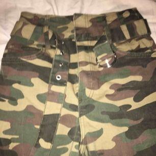 """Coola Camouflage """"jeans"""" me snyggt bälte från bershka. Säljer pga. För korta. Skriv om du har frågor💗"""
