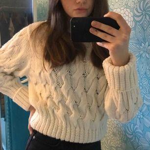 Supermysig vit stickad tröja från Gina tricot💗 Köptes för någon månad sedan, knappt använd