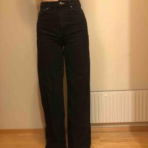 Säljer mina vida jeans från Weekday i storlek 27/34👖 Jag är 175 cm lång och i längden är de för långa för mig. Endast använda fåtal gånger. Nypris 500kr & modellen är ACE!  Fraktar gärna men isåfall får köparen stå för frakten!