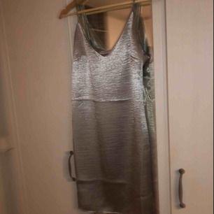 SLUTSÅLD! Jätte snygg silvrig klänning från Kristin Sundbergs kollektion med NA-KD. Passar mindre storlekar oxå ✌🏼Köpte i fel storlek så därför inte använd!