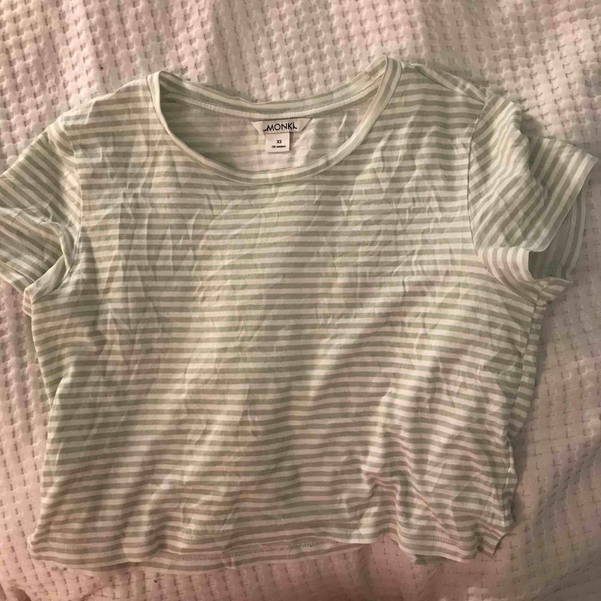 PRISSÄNKT! Jättefin ljusgrön randig t-shirt från Monki💚. T-shirts.