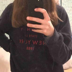 Jättemysig mörkblå hoodie med röd text från Gina tricot💙