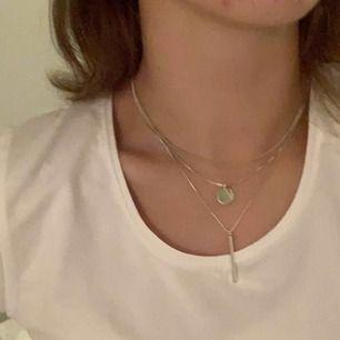snyggt halsband från hm! använt 1 gång, säljs pga att det inte används🌜💍 frakt är inräknat!