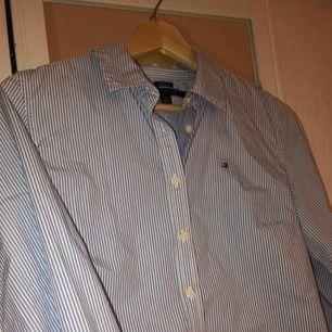 Jätte snygg och stilren blå-vit randig skjorta från Tommy Hilfiger! Jätte snygg bara sådär med jeans eller så kan man också styla med en stickad tröja över! Ttyvärr växt ur den men den är sparsamt använd✌🏼