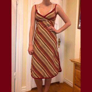 Vintage klänning köpt på humana! Älskar den men den är för stor för mig, det är min kompis på bilden. Hon är 176 och en 36a. Riktig 90s klänning. Står ingen storlek eller märke.