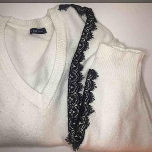 Superfin stickad tröja från NAKD med spetsdetaljer.