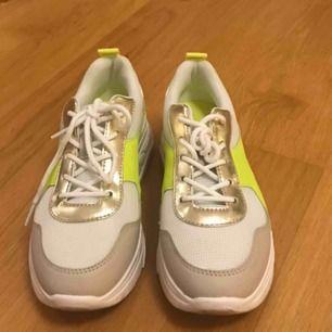 Ett par Chunky sneakers. Har använt de 2 gånger! Super snygga!💚🤩