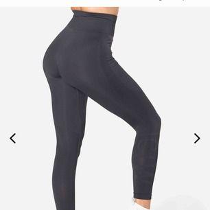 """""""Define Seamless Tights Graphite""""  Högmidjade tights från märket iCaniWill! De är väldigt stretchiga och tunna. Aldrig använda då de är fel storlek för mig, finns kvar i nyförpackning."""