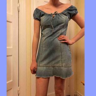 Såå söt jeansklänning! Okänt märke, står 38 på lappen men skulle absolut vilja säga att den är mer som en 36a. I jätte fint skick, kan inte hitta några fläckar hål eller slitningar! Modellen är 176, därav är den ganska kort på henne, på mig är den längre.
