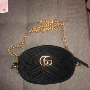 Säljer min svarta sammet Gucci bum bag/axelremsväska. Endast använd 2 - 3 gånger därav i helt nyskick! Säljer den för 400kr men kan eventuellt gå ner i pris vid snabb affär.