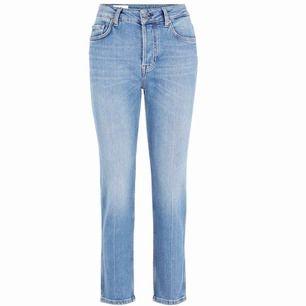 Jeans från J Lindeberg i jättebra skick, endast en liten fläck på baksidan av benet (skriv om du vill ha bild). Nypris 1200 kr.