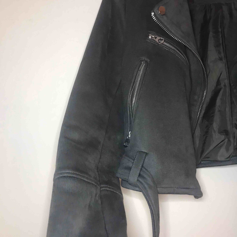 Frakt inkluderad! Superfin bikerjacka i grått mockaliknande material.. Jackor.