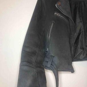 Frakt inkluderad! Superfin bikerjacka i grått mockaliknande material.