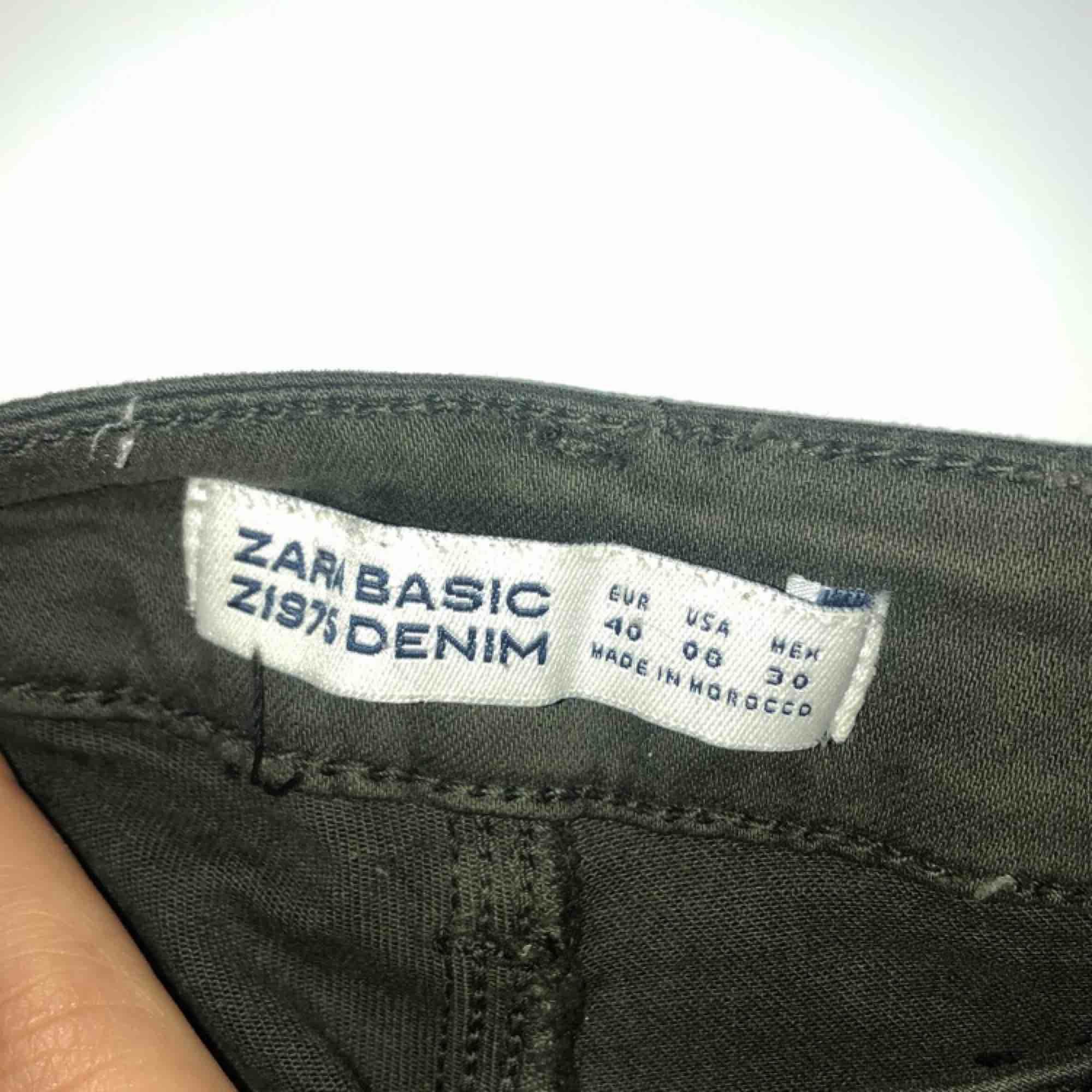 mörkgröna jeans från Zara. använda 4 gånger sommaren 2018 sen dess har de bara legat i garderoben. de är i bra skick, inte slitna eller avfärgade, det enda som är lite slitet är öglorna där man sätter i bältet som syns på tredje bilden.. Jeans & Byxor.