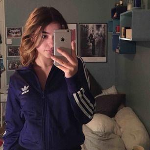 Jätte fin Adidas tröja i en mörklila färg! I nyskick😊