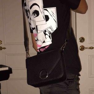 Fin väska ifrån H&M och ett axelband från Carin Wester. Går att köpa separat.