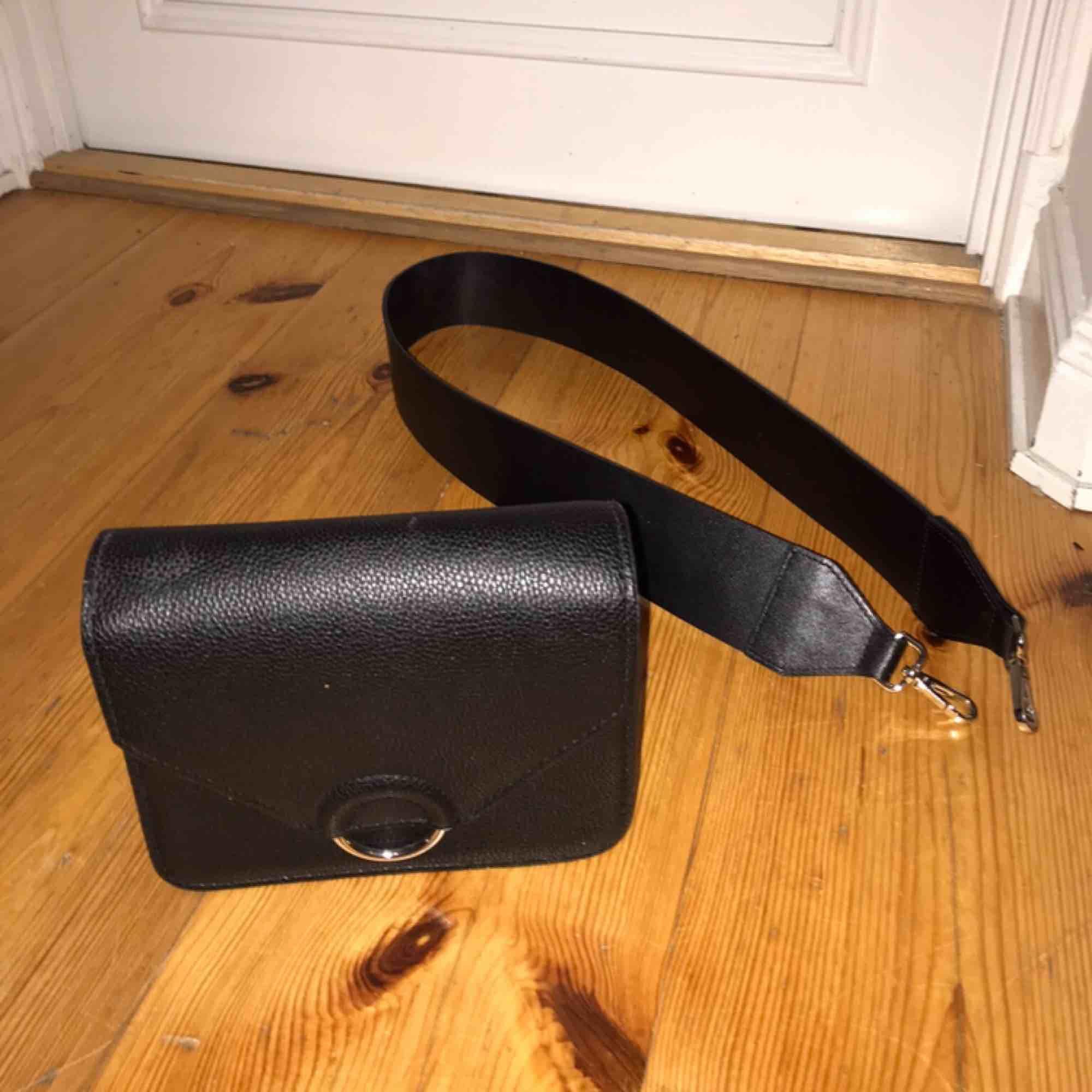 Fin väska ifrån H&M och ett axelband från Carin Wester. Går att köpa separat.. Väskor.