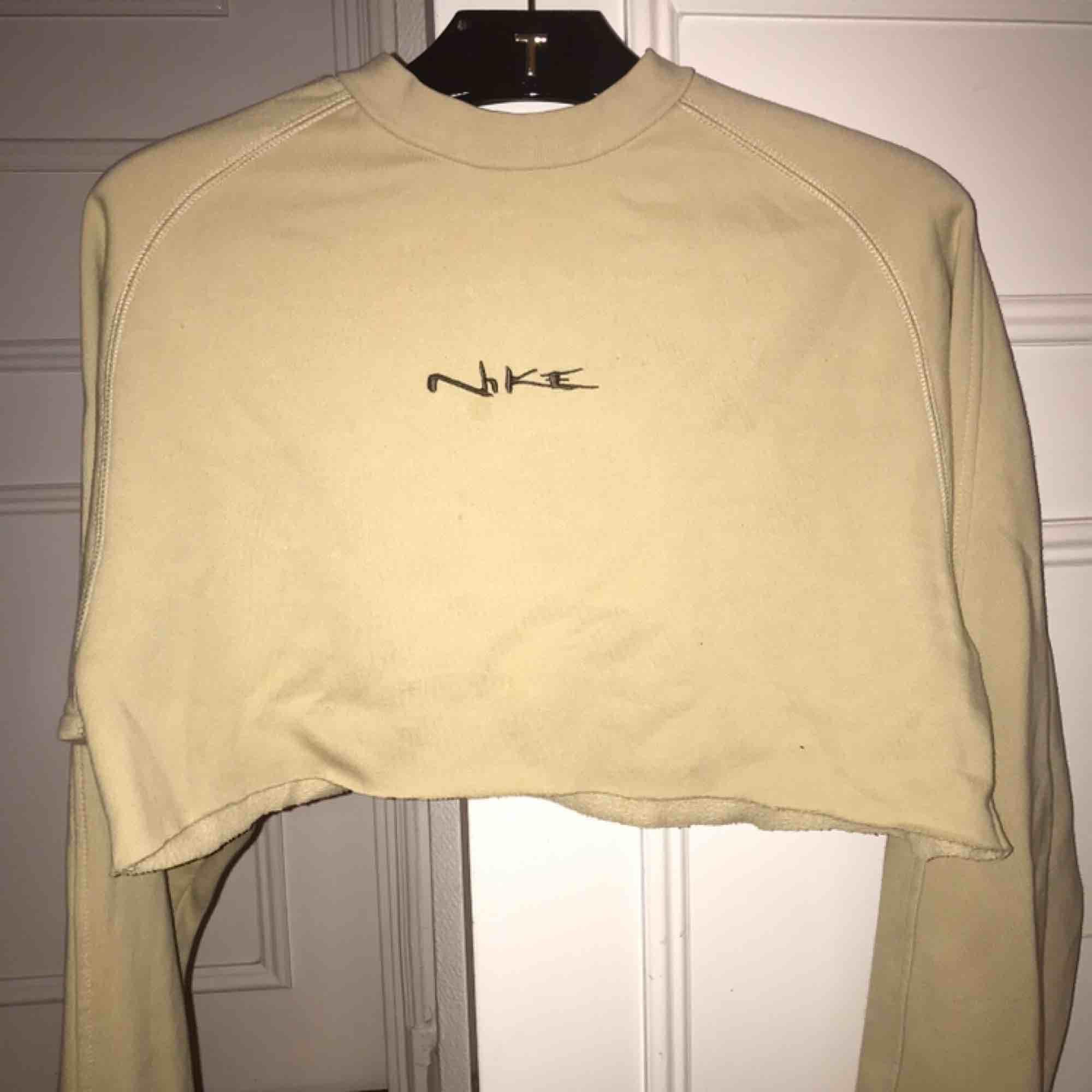 Snygg Nike crop top köpt från Humana. Har långa ärmar.. Tröjor & Koftor.