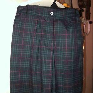 Tyvärr så använder jag aldrig mina fina byxor så jag måste sälja dem. 💚 Frakt tillkommer