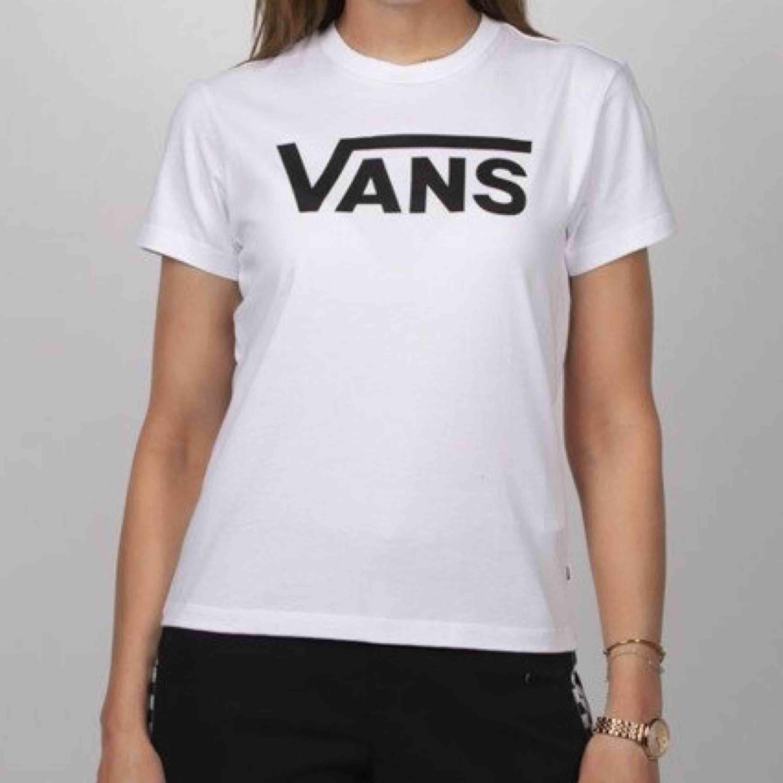 Säljer min nästan helt oanvända ÄKTA vans tröja köpt på taxfree för 150kr. Säljer pga används ej. Super fint skick, säljer för 50kr plus frakt💞. T-shirts.