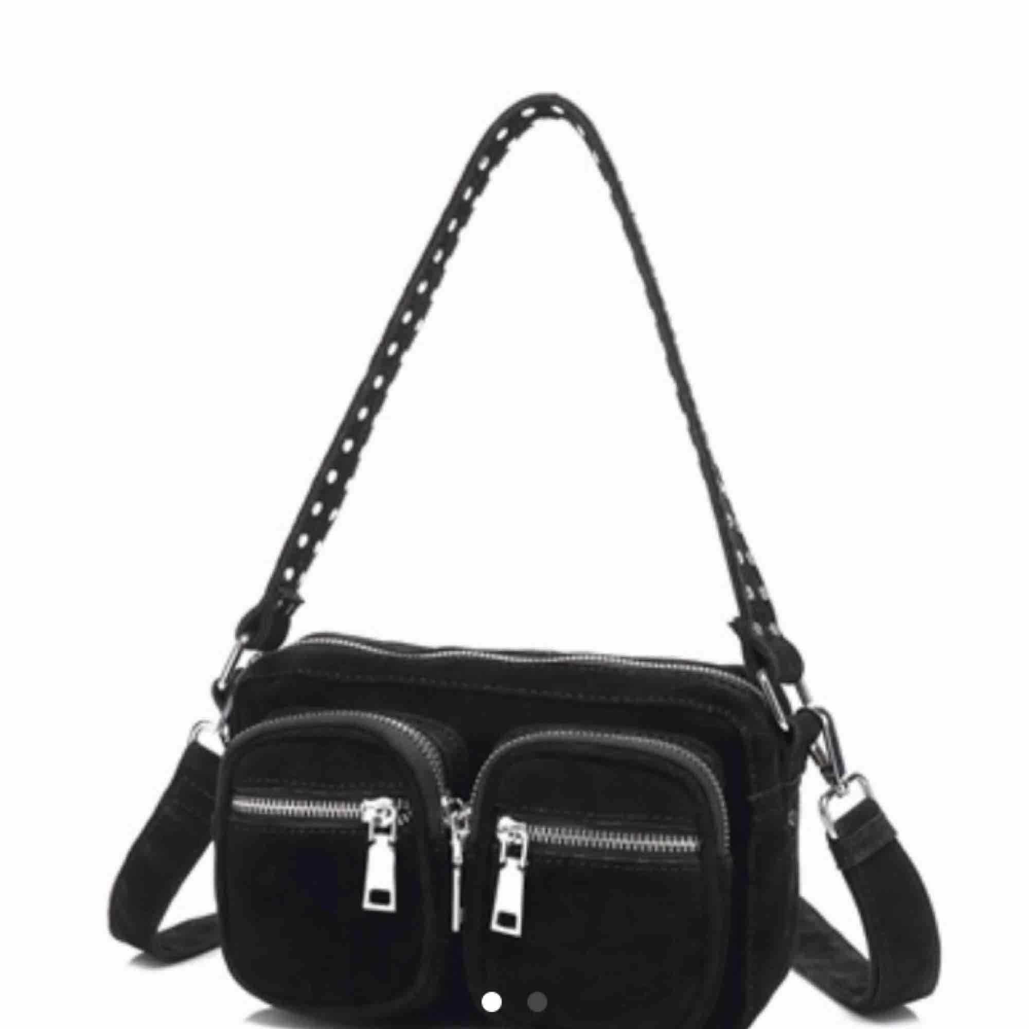 Ny noella väska, köpt för 799kr, svart mocka. Använd 2 grr.. Väskor.
