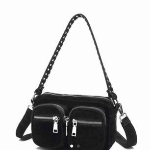 Ny noella väska, köpt för 799kr, svart mocka. Använd 2 grr.