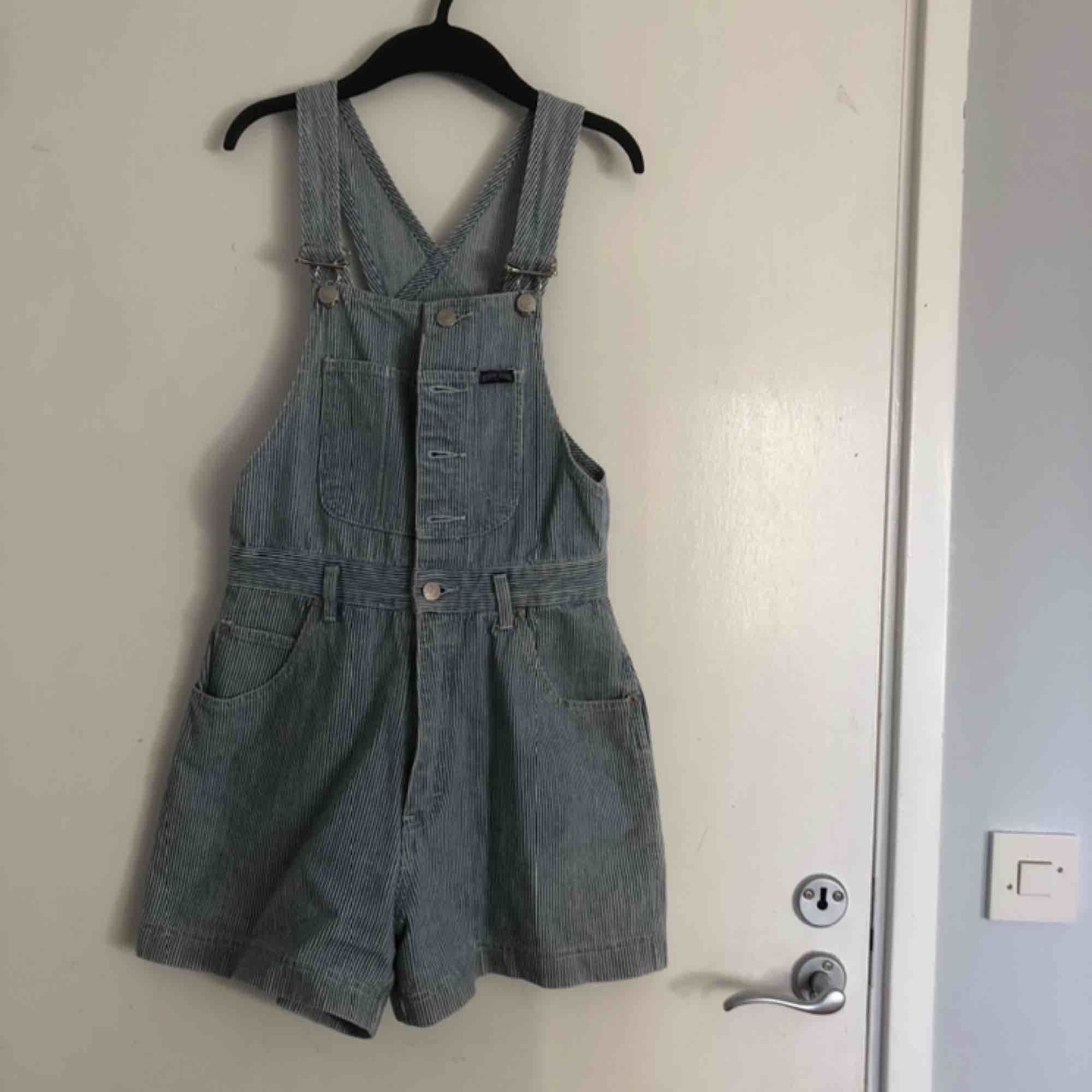 Så härliga hängselshorts! Är i väldigt fint skick då jag endast använt dem en gång. Passar perfekt till sommaren ☺️. Shorts.