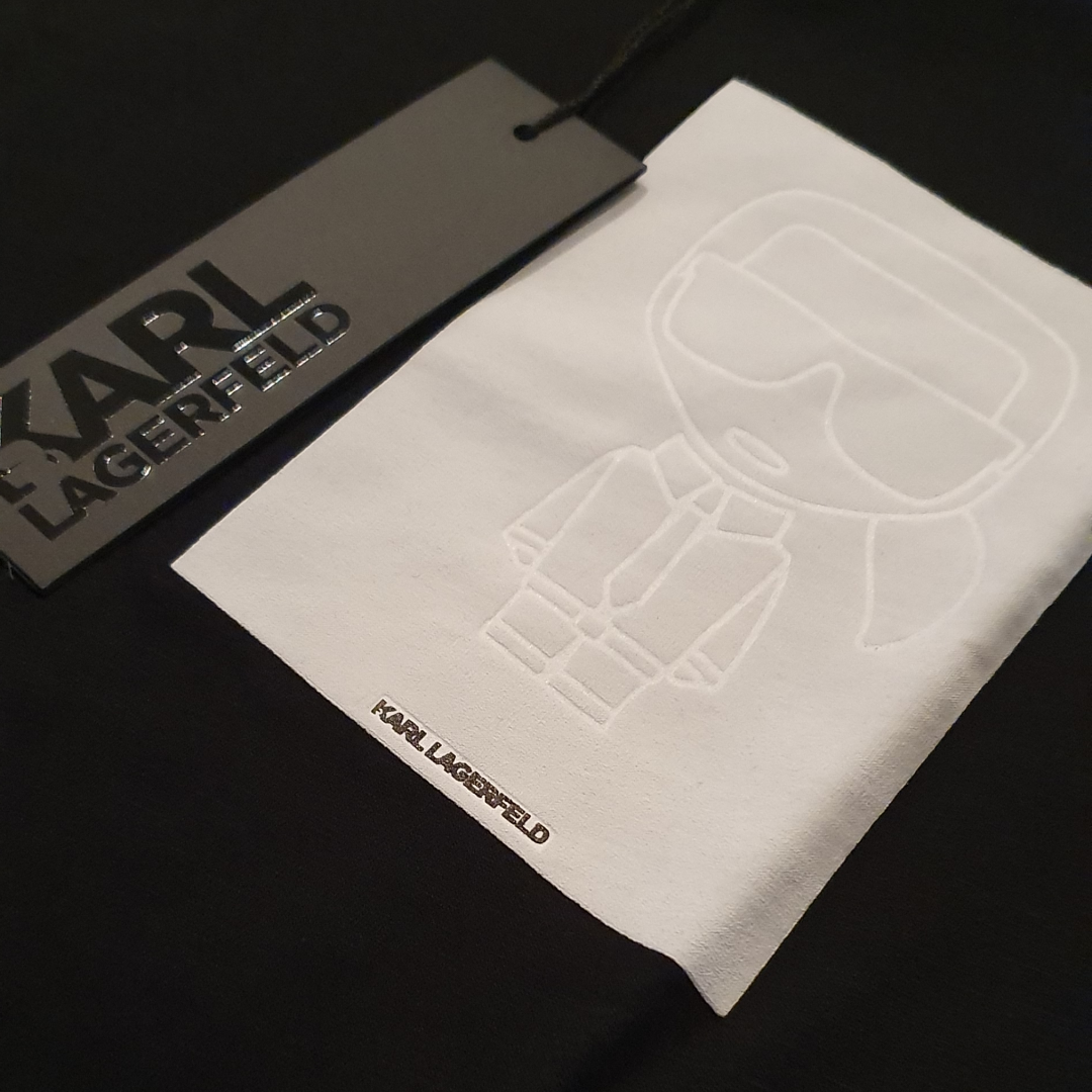 Perfekta julklappen! Säljer två helt nya Karl Lagerfeld    tshirt. Den med text på ryggen och hjärtat fram stl M. Den med vit logga, stl S. 500 kr st inkl. Nypris 799 kr st. Tags på båda.. T-shirts.