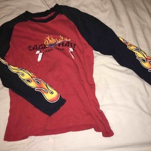 Röd o svart eld tröja som ja köpte här på Plick. Jätte snygg men säljer pga. Kommer ba inte t användning!! Skriv om du har frågor!!🥀