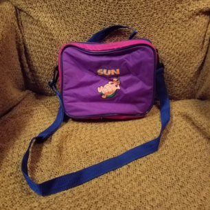 Superfin liten vintageväska, funkar som kylväska och finns plats för flaska/burk i