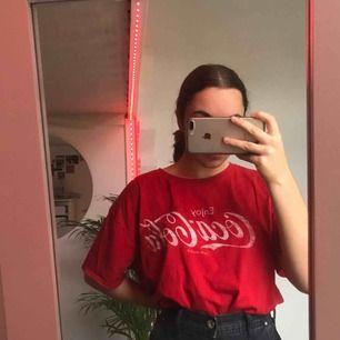 Oversized T-shirt med Coca Cola loggan. Jätteskön.